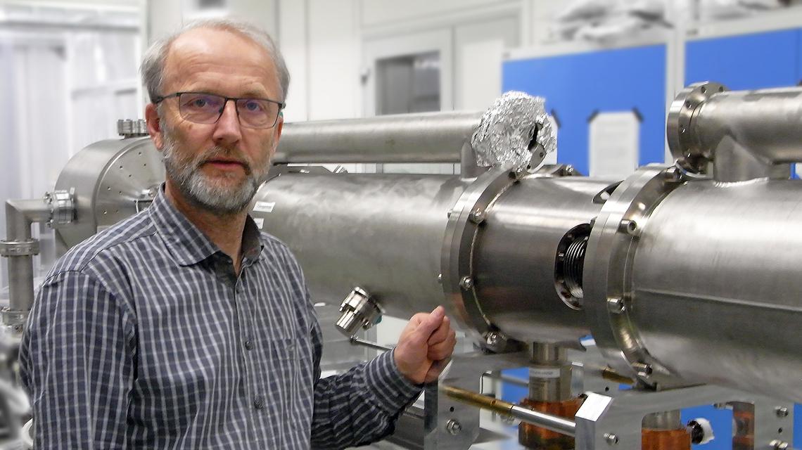 Michael Freitag an vorbereiteten Baugruppen des Elektronen-Linearbeschleunigers ELBE des Helmholtz-Zentrums Dresden-Rossendorf (Bildquelle: HZDR)