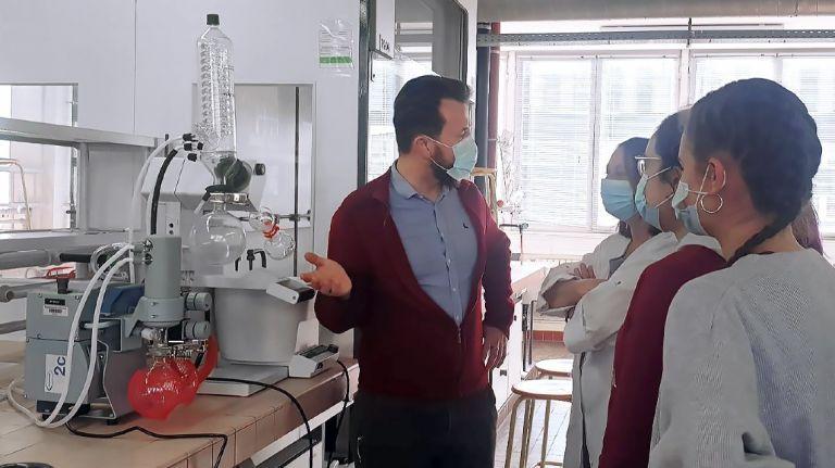 Beliebtes Laborgerät bei Schulungen an Universitäten – der Vakuumpumpstand PC 101 NT am Rotationsverdampfer